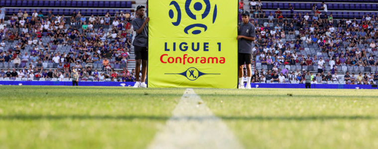 Logo de la Ligue 1 lors d'un match de football.